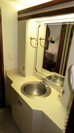 Mariner Boathouse Beach Resort: Sink area off larger bathroom