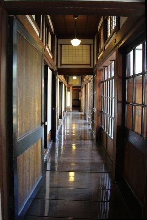Goshogawara, Japan: 長い廊下。個人宅とは思えない。