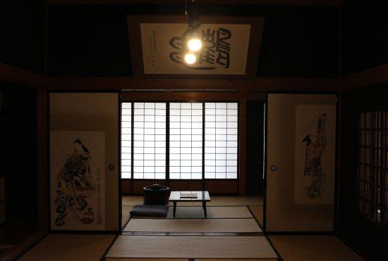 Goshogawara, Japan: 2間続きの和室。奥の座卓で小説を書いていたそう。