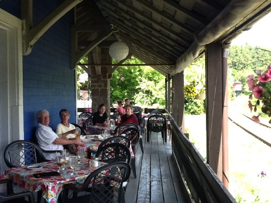 Wakefield, Kanada: Outdoor dining area with tracks and water tower nearby