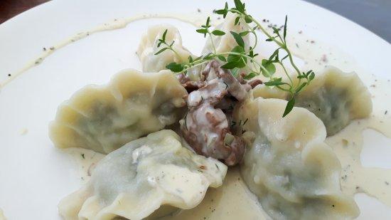 Zgorzelec, Polonia: Piroggen gefüllt mit Zander und Spinat serviert mit P!fferlingsauce