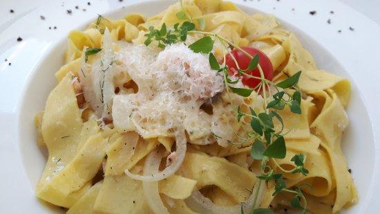 Zgorzelec, Polonia: Pappardelle mit norwegischem Lachs in Weinsauce und Grana Padano-Käse