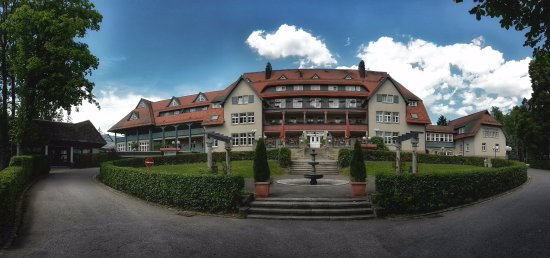 Schwarzwald Parkhotel: Sicht auf das Hauptgebäude. Aufgenommen am Sa 9.7.2016