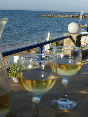 Avgoustis : Wine by the sea