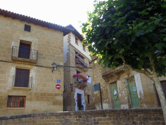 Uncastillo, España: La Posada la Pastora con Piedra de Sillería y Balcones Florales.