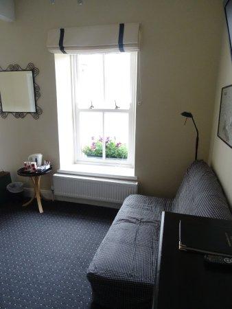 Cloisters Bed & Breakfast: Simple tasteful decor