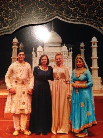 Kalakriti Cultural & Convention Center: С актерами-исполнителями главных ролей после спектакля