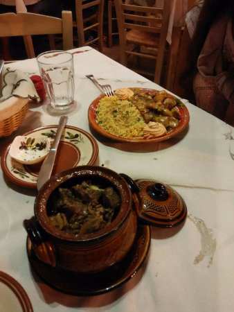 Ellados Gefsis : Stufato di carne mista (manzo e maiale) con spezie e formaggio fuso, servito in terracotta.