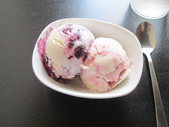 Elloree, Carolina del Sur: Homemade ice cream- blueberry cheesecake and raspberry swirl
