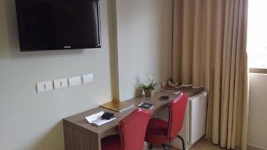 Foz Plaza Hotel: Pequena escrivaninha.