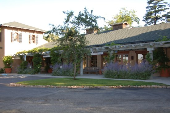 Wine & Roses Hotel, Restaurant & Spa: front of hotel