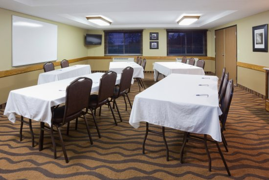 AmericInn by Wyndham St. Cloud : Poolside Meeting Room