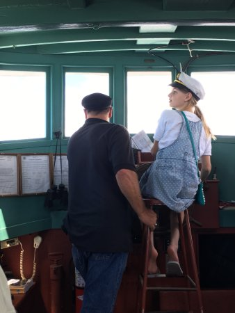 Blaine, Вашингтон: Kids get to pilot the boat!