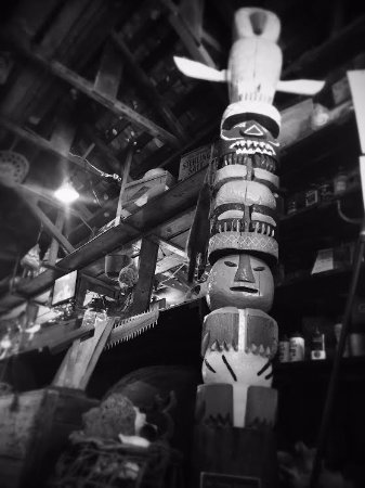 Chokoloskee, FL: The totem pole at the front of the store