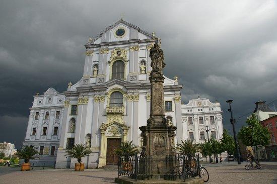 Opava, Repubblica Ceca: The St. Vojtech (St. Adalbert) church with the Marian column