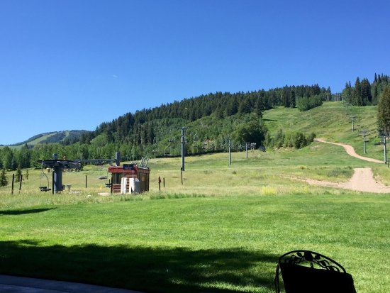 The Inn at Aspen: View from breakfast deck, no railing, just right on the grassy mountain