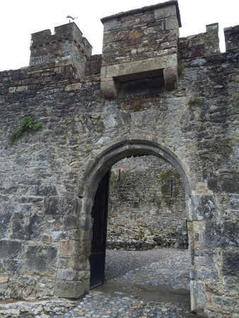 County Tipperary, Ireland: Opening on the inside of Cahir Castle.