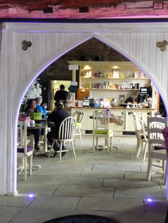 Whalley, UK: Arch through to the cafe
