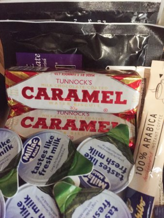 Radisson Blu Hotel, Glasgow: Delighted to find Tunnocks Wafers with the tea and coffee in room