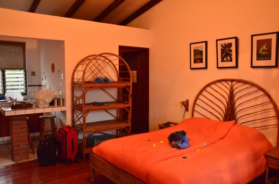Orosi, Κόστα Ρίκα: This is our queen sized bed with ample room for all our luggage and room to walk around.