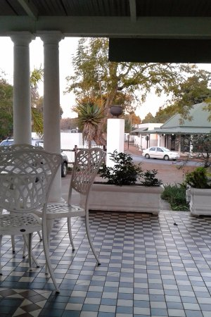 Eshowe, Südafrika: The shady veranda outside the coffee shop.