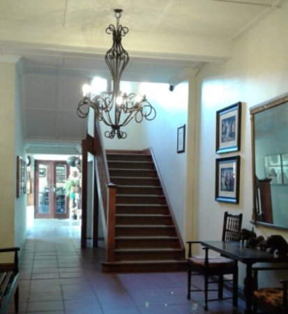 Eshowe, Südafrika: Foyer of the hotel leading to dining room and rooms upstairs