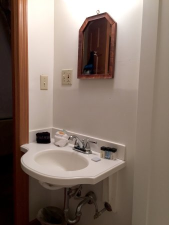 Historic General Lewis Inn: Tiny mirror and sink in room 122 lacking any shelf space for toileties