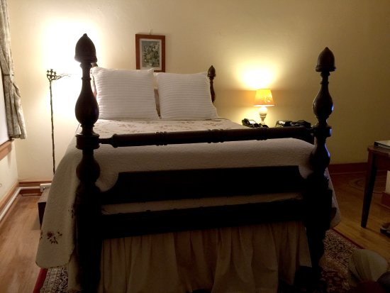 Historic General Lewis Inn: Comfortable queen-size bed in room 122