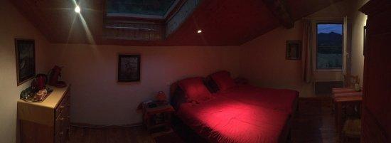 Saint-Julien, Francja: Chambre spacieuse avec sdb privatif