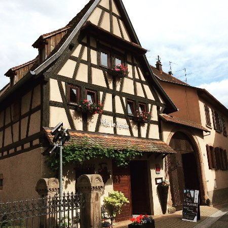 Dambach-la-Ville, França: Outside of the hotel, in the center of the city and next the the church.