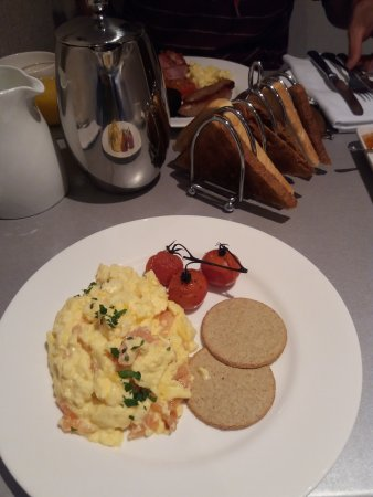 Distant Hills Guest House: Smoked Salmon and egg