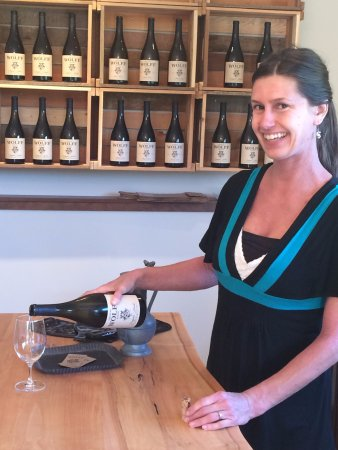 Nanaimo, Canada: Natalie pours a great wine for all visitors