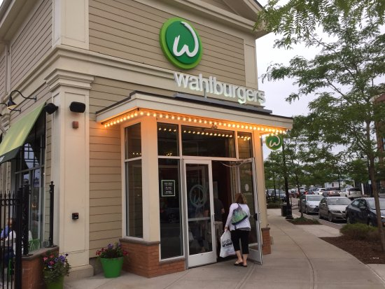 Hingham, MA: Dinner at Wahlburgers