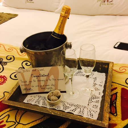 Mine Hotel Boutique: Champagne for our anniversary from the staff.   The Mate was very good!