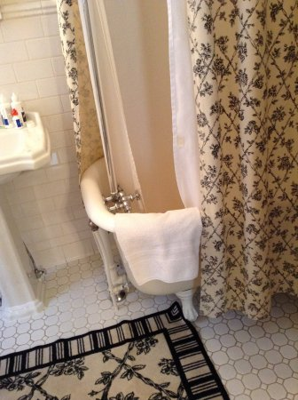 1840 Inn on the Main Bed and Breakfast: Clawfoot bath and shower
