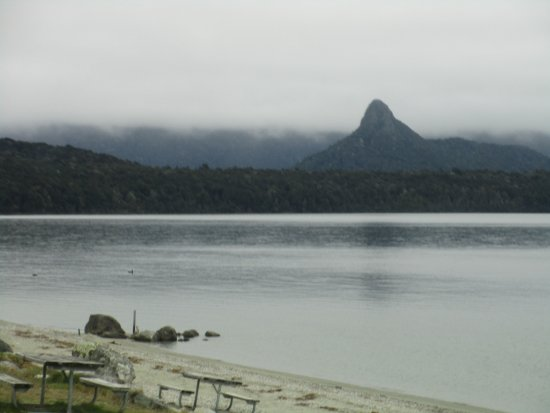 Manapouri, Nueva Zelanda: The lake in front of the cafe