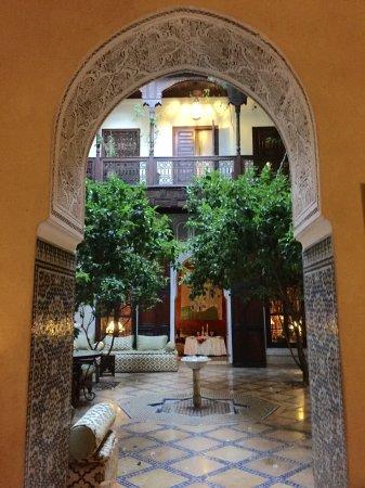 Riad Samsara: le patio, vaste espace commun frais avec des fontaines...