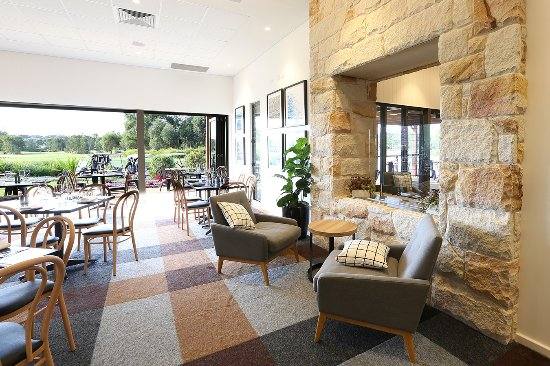Medowie, Australia: Looking through the Eatery to the garden views