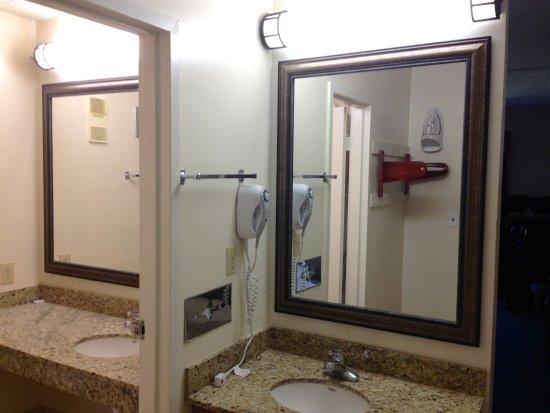 DeFuniak Springs, FL: Each room has 2 granite vanities for convenience
