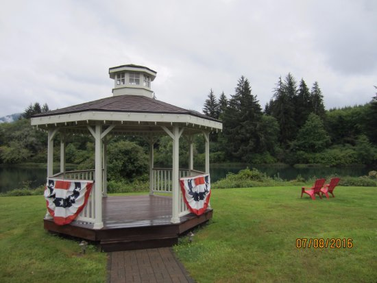 Amanda Park, WA: The gazebo and chairs overlooking the river