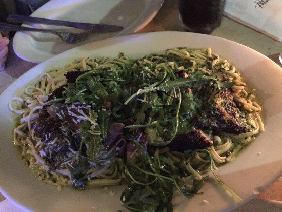 Nexxt Cafe : Plato de tallarines con espinaca, crema y pollo enharinado, servido en el restaurant NEXXT.