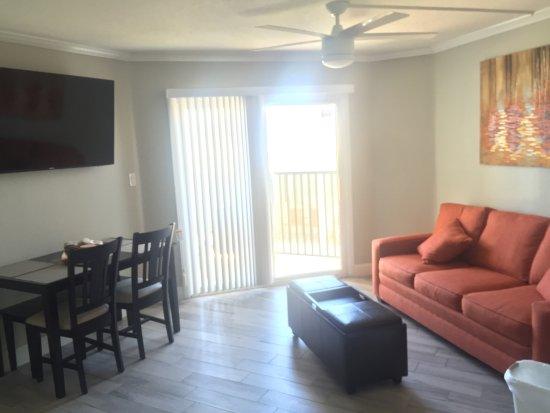 """Belleair Beach, FL: living room with 55"""" TV"""
