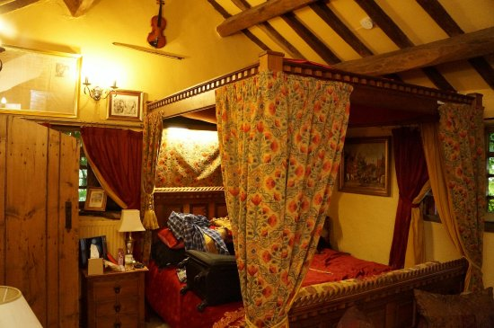 Wizards Thatch at Alderley Edge: Camelot Suite master bedroom
