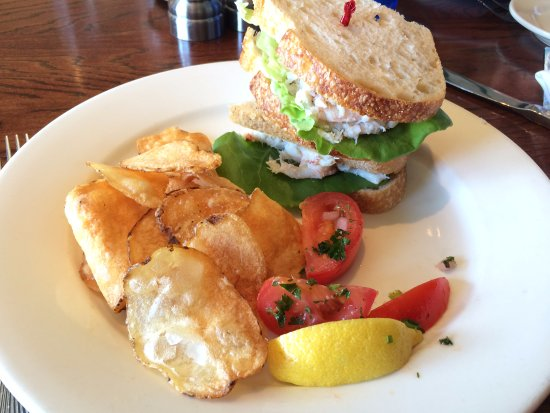 Cape Porpoise, Мэн: Crab Meat Special Sandwich with Chips