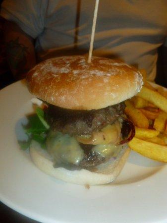 Lasswade, UK: nice big burger . couldn't finish it