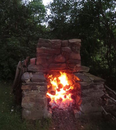 The Woodbridge Inn: cozy fire - the evening was chilly, so it was perfect!