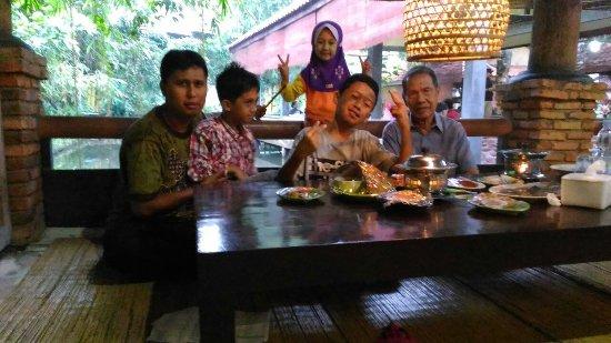 Tempat Makan Saung Dengan Duduk Lesehan Dan Bawahnya Kolam Ikan Foto Restoran Pondok Laras Depok Tripadvisor