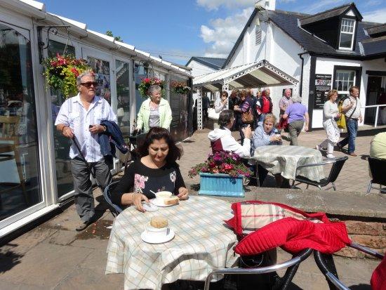 Gretna, UK: PEOPLE ENJOYING SCOTTISH DELICACIES