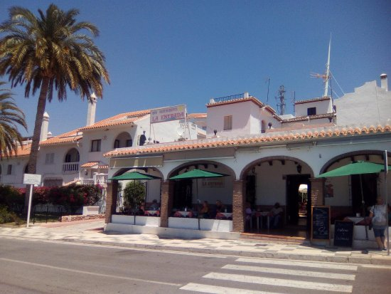 Maro, Ισπανία: the restaurant viewed from across the street