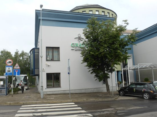 Grata Hotel: Hotel liegt in einer ruhigen Wohngegend recht vom Zentrum weg